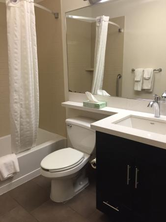 Candlewood Suites Philadelphia / Willow Grove: Spacious and clean bathroom