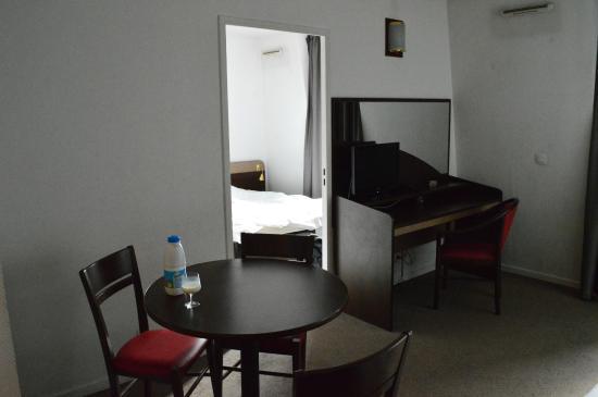 kleines wohnzimmer mit esstisch und couch foto di appart 39 city paris saint maurice saint. Black Bedroom Furniture Sets. Home Design Ideas