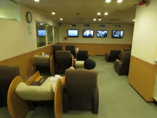 Capsule Hotel Asahi Praza Shinsaibashi: Reclining chairs for you to watch TV and/or sleep