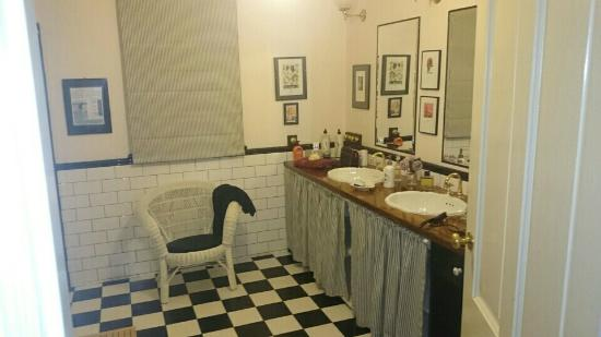 Merrow Cottages : Bathroom