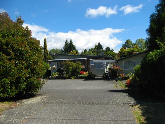 Tongariro River Motel: Motel Grounds