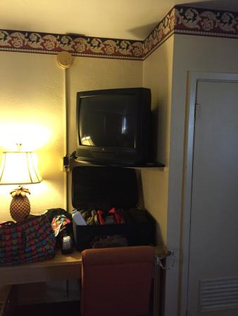 Budget Inn of Daytona Beach: The outdated TV