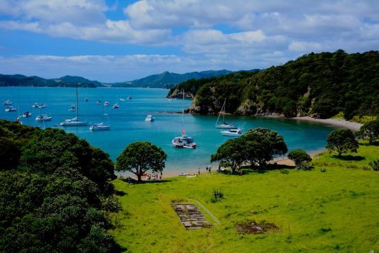 Kingfisher Yacht Charters: Protected bay for lunch