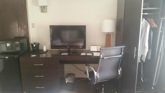 Red Roof Inn New Orleans Airport: Tv Desk And Chair. Electrical Sockets For  Chargers