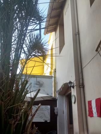 Hostel Union: Vista das mesas ao ar livre para a frente do hostel
