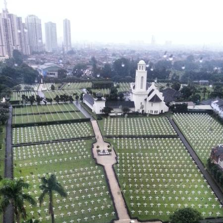The Park Lane Jakarta: Very peaceful view of the Rumah Makam Inggris from the 11th Floor of Parklane Hotel
