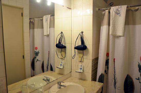 Hotel Sol Colonia: Banheiro com toalhas e secador