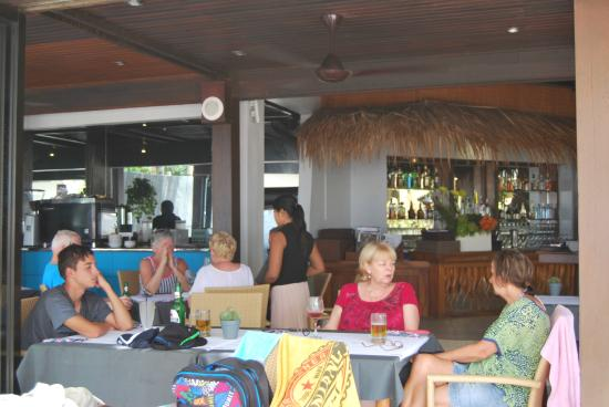Lanai Beach Bar and Grill: Cool and inviting lunchtime...