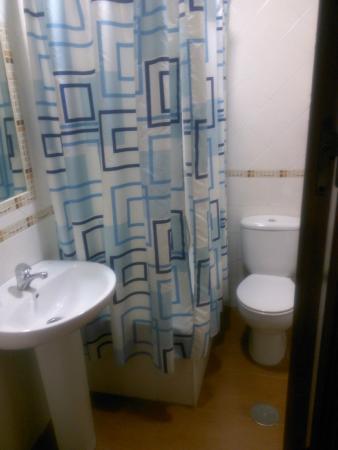 hostal san francisco: Baño. Ducha/bañera