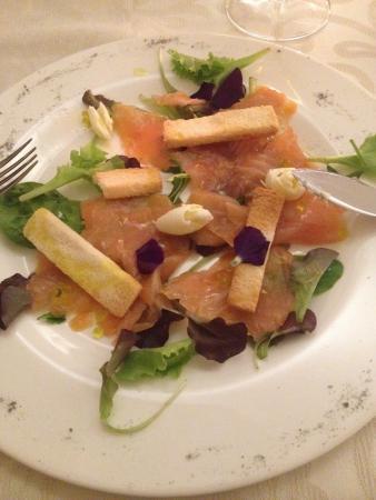 ristorante morlacchi: Salmone Affumicato Artigianalmente con sfere all'olio extravergine di oliva, riccioli di burro e