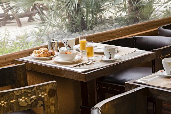 Hotel Spa Beau Sejour: petit dejeuner terrasse couverte