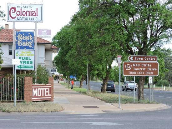 Red Cliffs Colonial Motor Lodge : road entrance