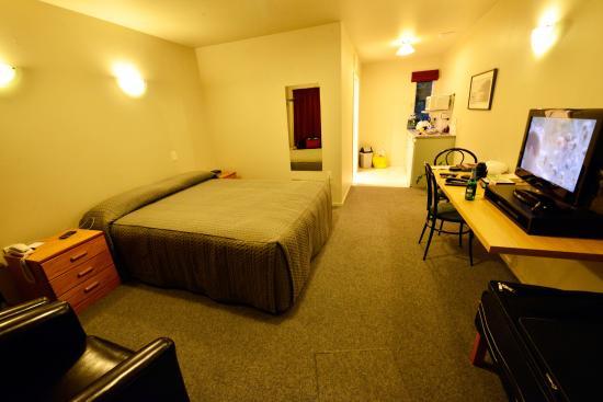 Gables Motor Lodge: Zimmer mit BlickrichtungKüchenbereich