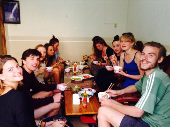 Dalat Family Hostel: Family dinner! Great way to get to know other travelers