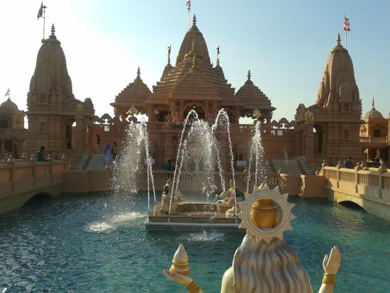 Narmada, Índia: Front view of temple with water around