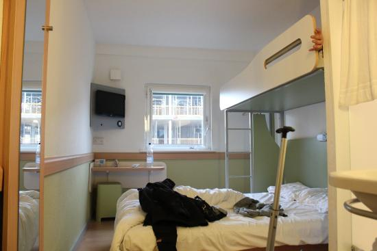 Hotel ibis budget Cardiff Centre: Basic room - clean & tidy - extra bed on top - view from room is a building site