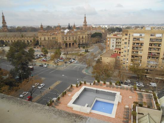 Vistas de la piscina picture of melia sevilla seville for Piscina melia lebreros sevilla