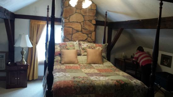 Zoar, โอไฮโอ: Bed with stone décor