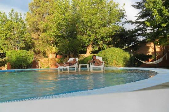 Robles de Besares : relajados en la piscina