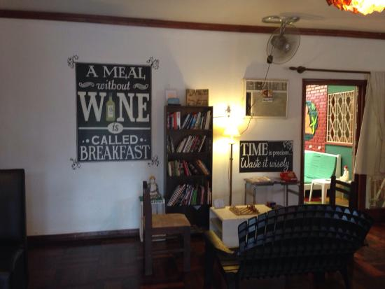 Mango Tree Hostel Bar: Book exchange area