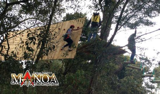 Paipa, Colombia: Muros de escalar, entre los arboles.