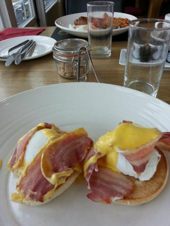 Victory at Mersea: Egg benedictine and in the background the victorious breakfast