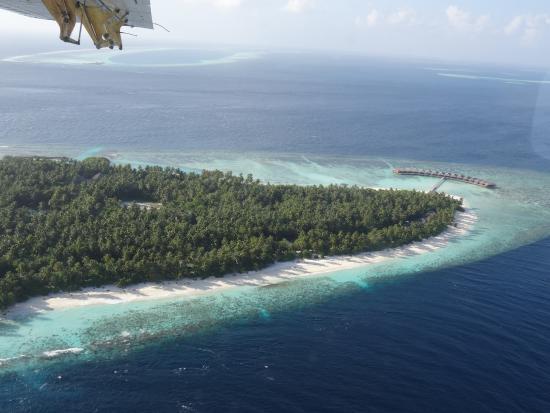 Filitheyo Island Resort: Blick auf Nordstrand (Lage der Doppelbungalows), der Sunset-Bar und den Wasserbungalows