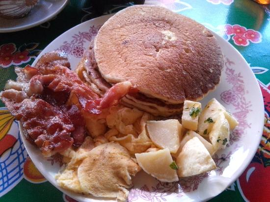 Dan's Cafe Deluxe : Hotcakes con tocino, papas y huevos.