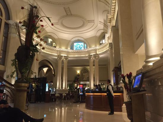 Safi Royal Luxury Valle: The classic entrance/reception hall of the hotel.