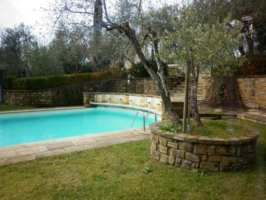 Villa la Borghetta Spa Resort : piscina tra gli ulivi