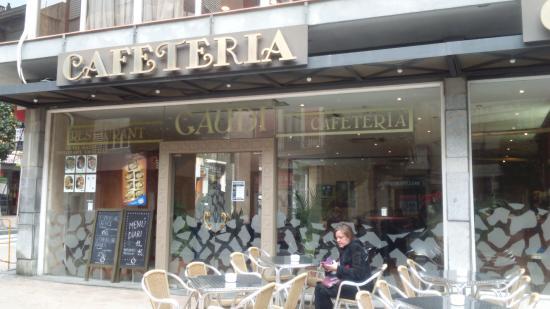 vista a la cafeteria de fuera . - Picture of Hotel Gaudi, Reus ...