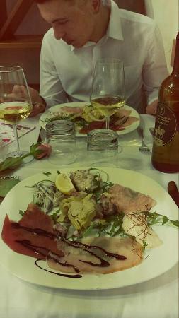 Osteria del Gusto : Misticanza di mare Fiore di gamberi in salsa di radicchio Mousse di branzino Tris di carpacci
