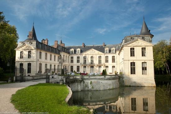 Chateau D'Ermenonville : entrée du château vue depuis l'étang