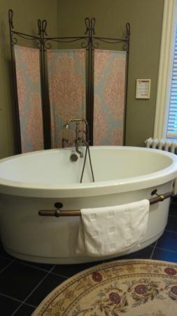 Frederick Street Inn: Luxurious bath!