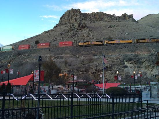 Tumbling Waters Inn: Western train over the Lava Hot Springs.