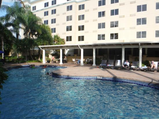 Holiday Inn Ft. Lauderdale Airport: View of hotel and poolside bar from pool