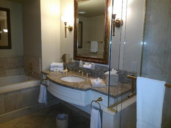 The Carlton Hotel: Bathroom