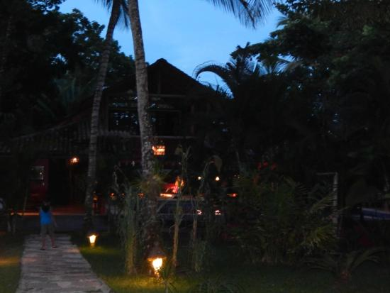 Pousada Hibisco: Vista da área da piscina a noite