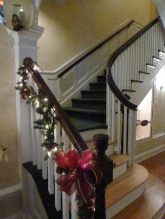 Stanton House Inn: Stairwell decorated for Christmas