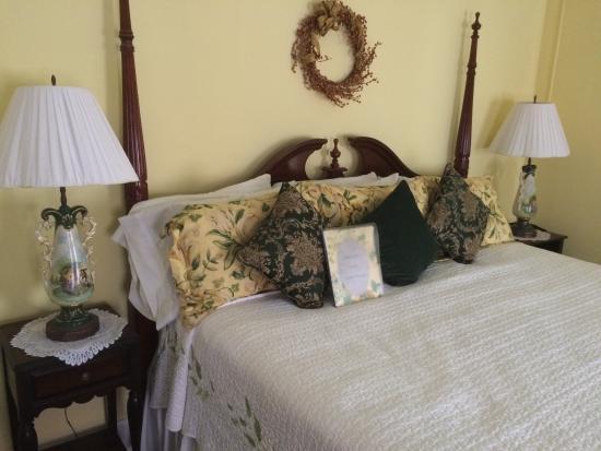 The Ocean House: Bedroom open to view