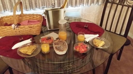 Evening Shade Inn Bed and Breakfast : Breakfast brought to our room every morning :)