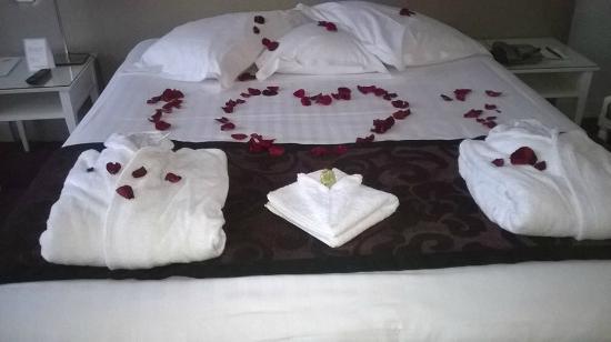 p tales de roses sur le lit pour la saint valentin photo de hotel etoile saint honore paris. Black Bedroom Furniture Sets. Home Design Ideas
