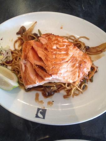 Cape Town Fish Market: Salmon on vege stir fry