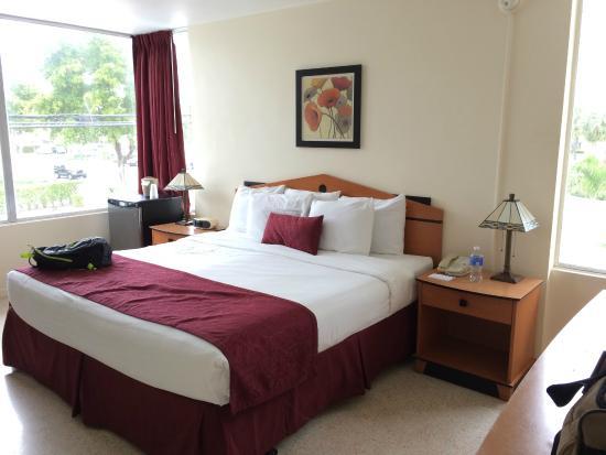Alcazar Resort: Alcazar King Room 211 - Loved the widows!