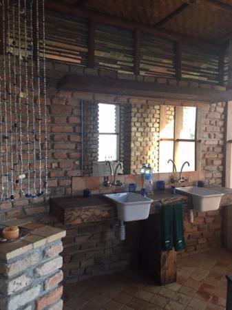 Kyambura Gorge Lodge: Loved the modern yet rustic, spacious bathroom.