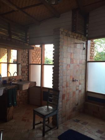 Kyambura Gorge Lodge: Open shower with plenty of hot water.
