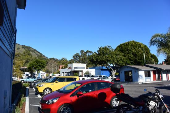 Avenue Inn Downtown San Luis Obispo: Recepção do hotel na casa à direita