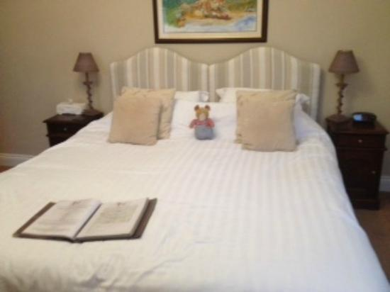Sheriff Lodge: The Mouse Hole room  - the bed is 7 feet long and 6 feet wide!!! Super comfy