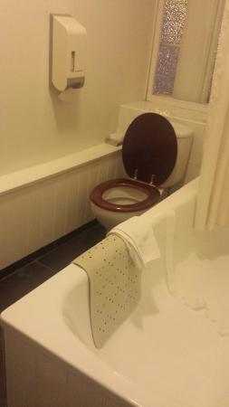 The Broadway Hotel: Bathroom