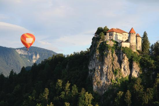 Kompas Hotel Bled: The View from our room as a hot air balloon rises near the castle